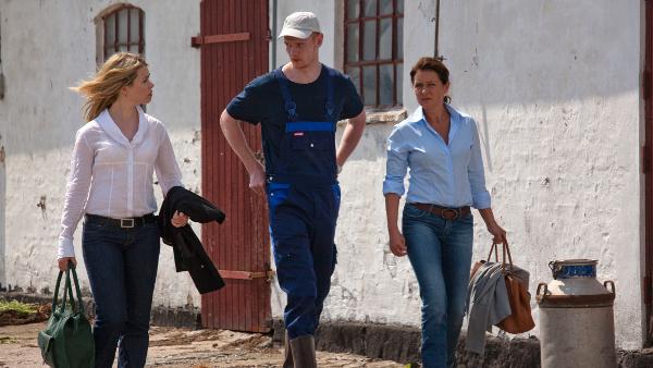 Katrine Fønsmark (Birgitte Hjort Sørensen) og Birgitte Nyborg (Sidse Babett Knudsen) på besøg hos Katrines bror Asger Fønsmark (Peter Plaugborg).