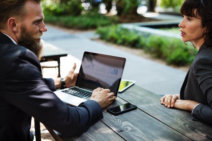 ¿Por qué las mujeres trabajamos más horas que los hombres? 1