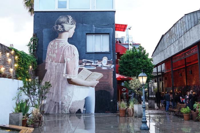 Javier Barriga inaugura nuevo misterioso mural en Teatro Mori 1