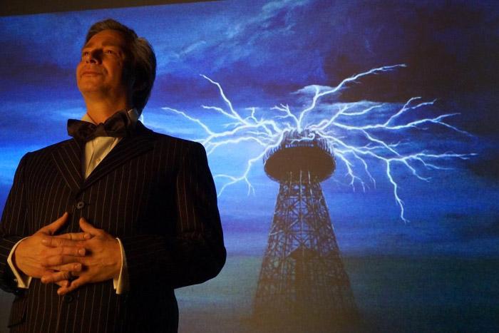 Tesla, una odisea eléctrica, la obra protagonizada por José Martínez, Pato Ruiz y Constanza Pereira 1