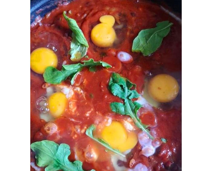 Receta de Shakshuka, huevos pochados en salsa de tomate (o huevos mediterráneos) 1