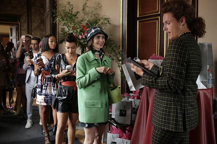 Emily in Paris, lo nuevo de Lily Collins en Netflix lleva el sello Darren Star 7