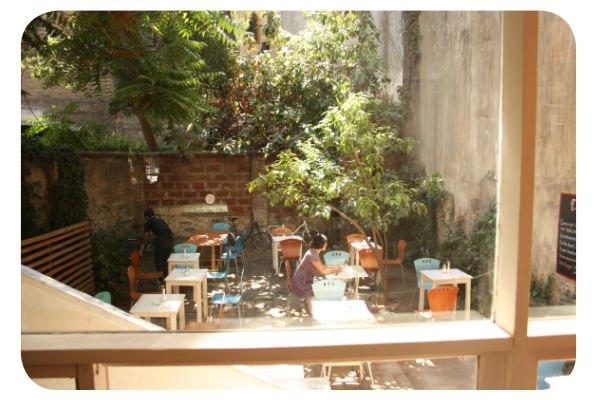 <em>Diván, patio y café</em> en Lastarria 1