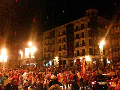 Celebrando la final en España, la casa del campeón 1