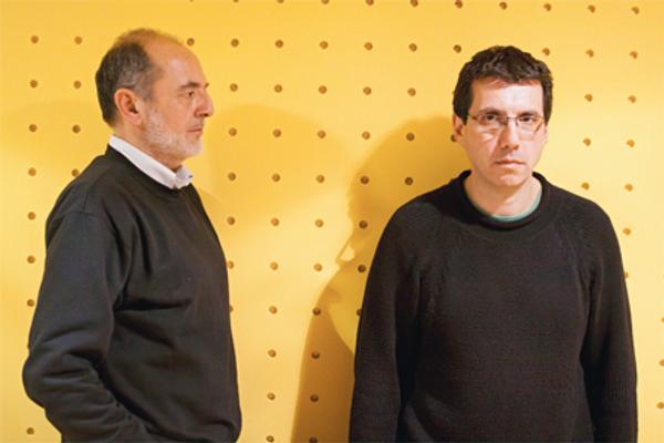 Héctor Soto y Alberto Fuguet pasándose películas en revista Capital 1