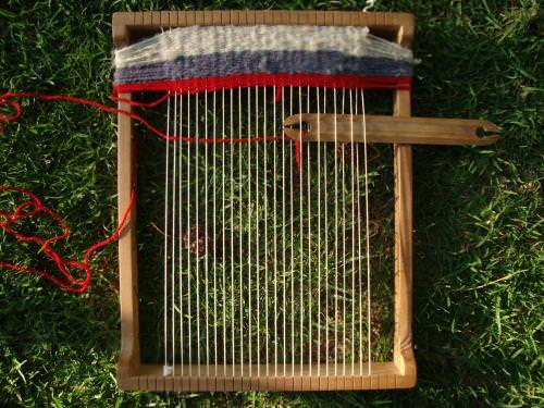 Niños tejiendo frazadas a telar 1