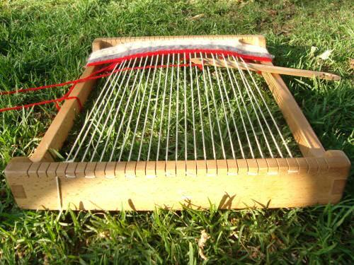 Niños tejiendo frazadas a telar 2